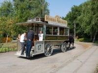 Hesteomnibussen ses her på vej fra Sporvejsmuseet til Skjoldenæsholm Herregård, hvor der gøres holdt og kan tages billeder i de smukke omgivelser. Foto: Sporvejsmuseet.