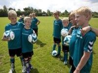 På fodboldskolen i Hover arbejder de med et koncept, hvor nogle af de ældste deltagere ender med at bliver hjælpetrænere året efter. De kalder det fodboldskolens fødekæde, og er vejen til at sikre et højt niveau for trænerne.   År 2012. Foto: DGI