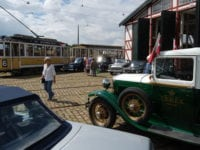"""""""Biler, der fulgtes med sporvognene"""", genskaber lørdag 29. juli et historisk gadebillede på Sporvejsmuseet Skjoldenæsholm. Her ses en situation fra træffet i 2016. Foto: Sporvejsmuseet."""