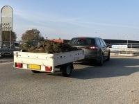 Trailerne bliver brugt flittigt i efterårsmånederne, når der skal ryddes op i carporten eller de sidste haveprojekter skal ordnes. Men 3 ud af 4 bilister oplever, at en del af de ting, der burde ende på genbrugspladsen, ligger som tabt gods på landevejene til fare for andre trafikanter. Foto: Rådet for Sikker Trafik