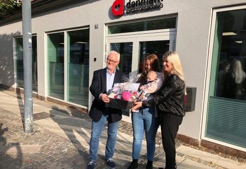 """På billedet ses fra højre: Afdelingschef Bibi Rosengaard, Marie Kjelbæk og Mejse samt lokalformand Jørn C. Nielsen foran kontoret i Ringsted. Foto: Sygeforsikringen """"danmark""""."""