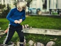 Forældre skal huske på, at for børn kan eventyret sagtens starte lige uden for hoveddøren. Sådan lyder et af flere råd fra Spejderne. Fotograf: Jeppe Carlsen.
