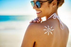 Mange begår den fejl at anvende en for lille mængde solcreme og at smøre sig ind for få gange i løbet af dagen. Foto: PR.