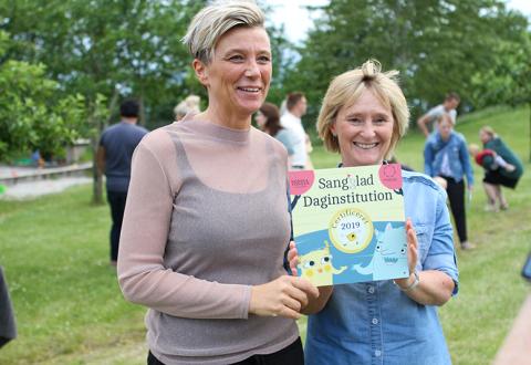 Daginstitutionsleder Kamilla Seerup og pædagog Lotte Pedersen modtog beviset på Nordbakkens Børnehus' certificering som Sangglad Daginstitution. Foto: Ringsted Kommune