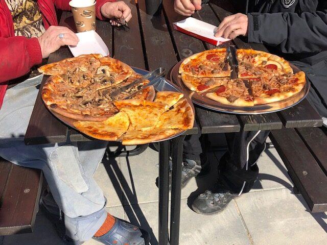 Socialt udsatte nyder gratis pizza